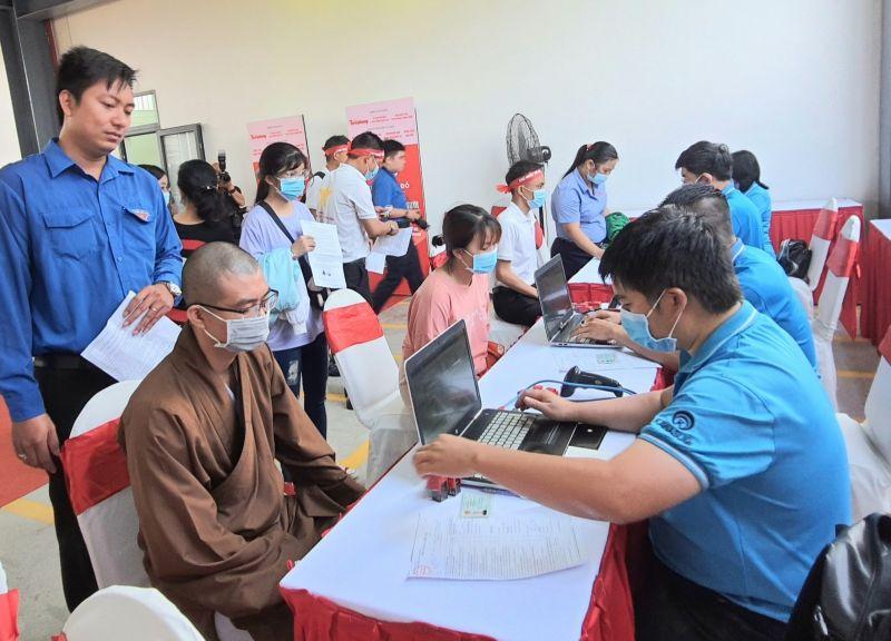 Nhiều người đăng ký tham gia hiến máu. Ảnh: Hồng Thuận