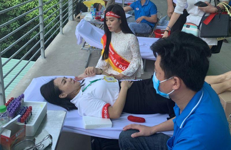 Hoa hậu Việt Nam năm 2020 Đỗ Thị Hà thăm hỏi động viên một người tham gia hiến máu trong chương trình. Ảnh: Hồng Thuận