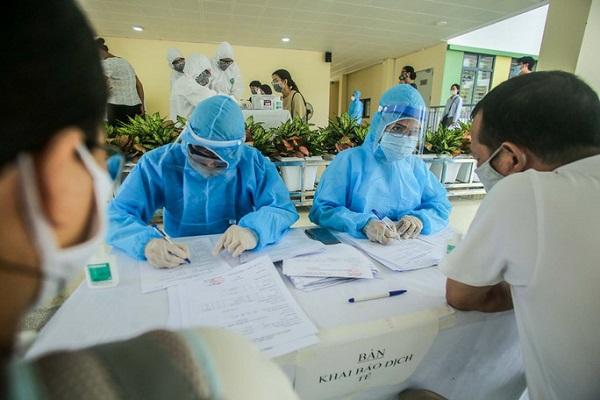 Nhân viên y tế lấy mẫu máu xét nghiệm Covid-19 cho bệnh nhân