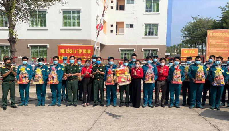 Đại diện Hội CTĐ tỉnh thăm, tặng quà cho lực lượng làm nhiệm vụ tại Khu cách ly tập trung TX. Bến Cát