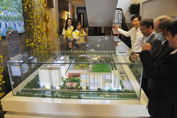 Các đại biểu tham quan mô hình cơ sở mới của BVU