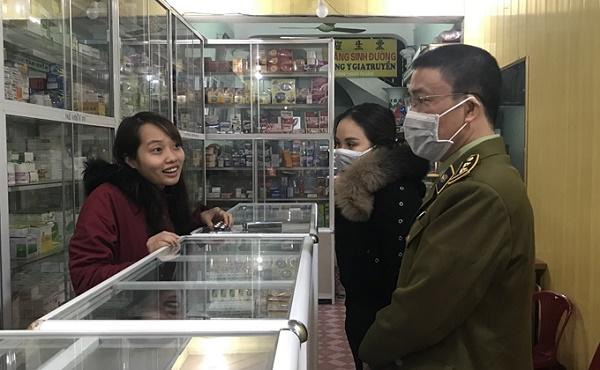 Lực lượng QLTT tỉnh Hải Dương tuyên truyền tại các cơ sở kinh doanh thiết bị, vật tư y tế