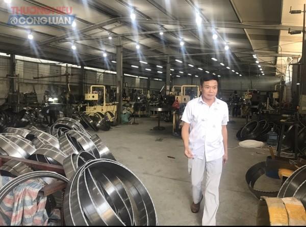 Giám đốc Lê Văn Cường bên phân xưởng