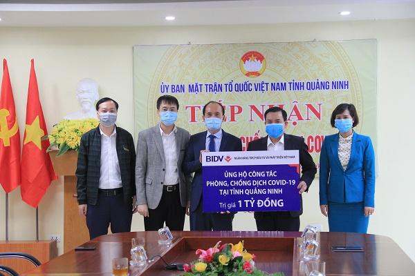 Đại diện BIDV trao tặng ủng hộ 1 tỷ đồng phòng chống COVID-19 tại Quảng Ninh
