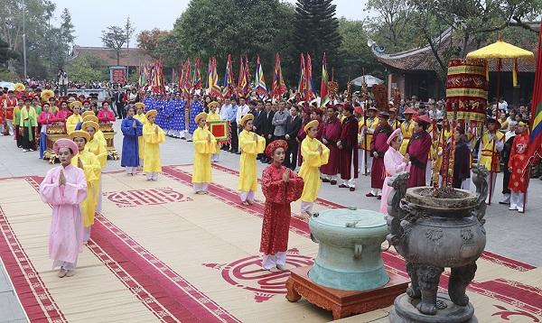 Lễ hội Đền Mẫu Âu Cơ diễn ra vào ngày 7 tháng giêng hằng năm tại xã Hiền Lương, huyện Hạ Hoà.