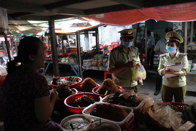 Lực lượng chức năng kiểm tra nhanh thực phẩm tại chợ Lái Thiêu, TP.Thuận An