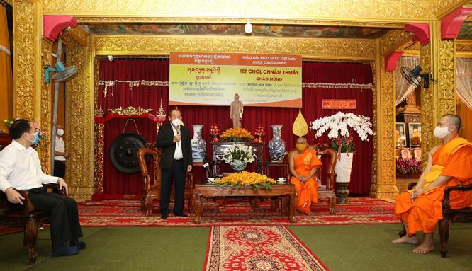 Phó Thủ tướng Thường trực Chính phủ Trương Hòa Bình phát biểu với Hòa thượng Danh Lung và các sư sãi chùa Changtarangsay. Ảnh: VGP/Mạnh Hùng