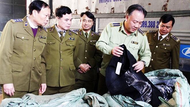 Ông Trần Hữu Linh, Tổng cục trưởng Tổng cục Quản lý thị trường (QLTT) cùng các cán bộ kiểm tra hàng hóa không rõ nguồn gốc tại Bắc Ninh.