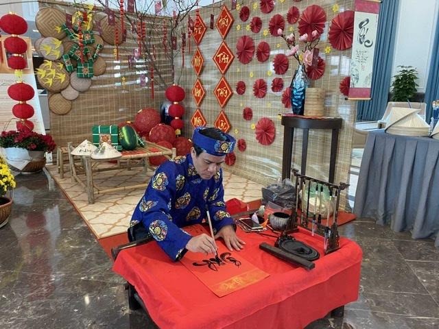 Du khách có dịp trải nghiệm hoạt động xin chữ cầu may dịp đầu năm tại FLC Hạ Long