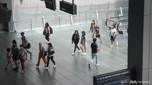 Người dân đeo khẩu trang để phòng dịch Covid-19. Hình ảnh ghi nhận tại sân bay Changi, Singapore (Nguồn: CNA)