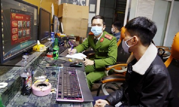 Công an lập biên bản đối với nhóm thanh niên chơi game vi phạm phòng chống dịch