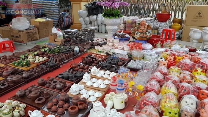 Ngồi nhìn xa xăm hàng hóa trong phiên chợ 30 tết, nhiều tiểu thương tại chợ huyện Nga Sơn (Thanh Hóa) không khỏi buồn lòng, ngán ngẩm.