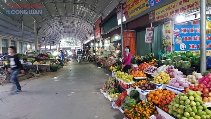 Khu vực bày bán mâm ngũ quả cũng ế ẩm không còn tấp nập, chen lấn bán mua như những ngày trước.