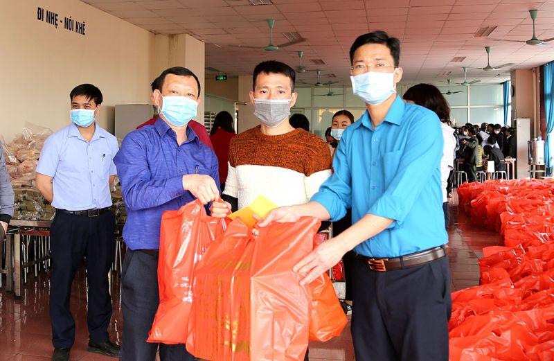 Người lao động ở lại khu chung cư Than Nam Mẫu đón Tết được hỗ trợ những phần quà thiết thực, ý nghĩa
