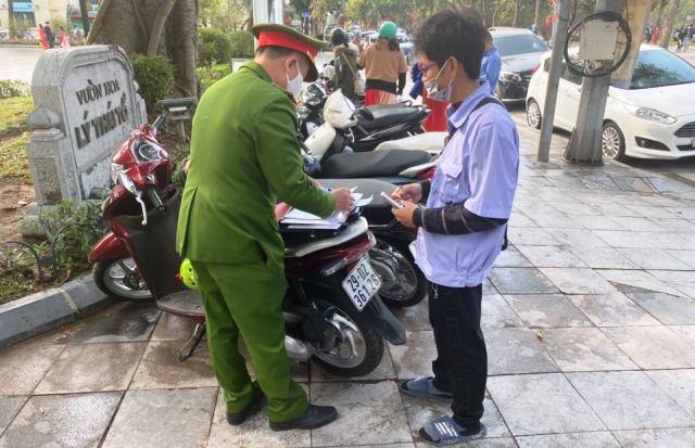 Công an quận Hoàn Kiếm lập biên bản xử phạt bãi xe