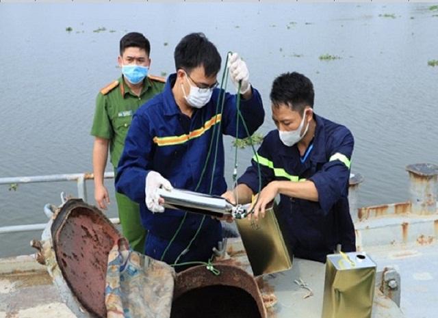 Công an lấy mẫu xăng trên phương tiện thủy các đối tượng đang vận chuyển
