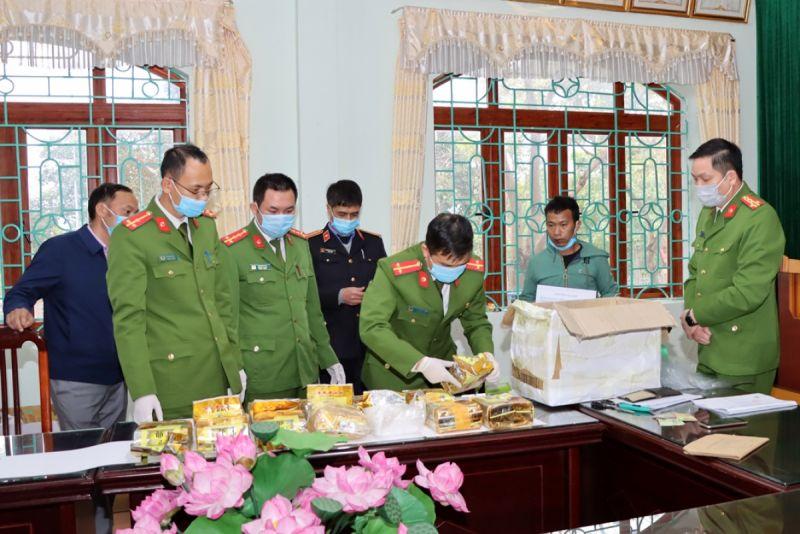 Đối tượng Dao cùng tang vật và lực lượng chức năng tại Cơ quan Công an tỉnh Lai Châu