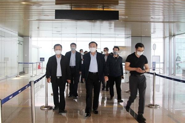 Bí thư tỉnh ủy Quảng Ninh Nguyễn Xuân Ký kiểm tra bên trong Cảng hàng không quốc tế Vân Đồn