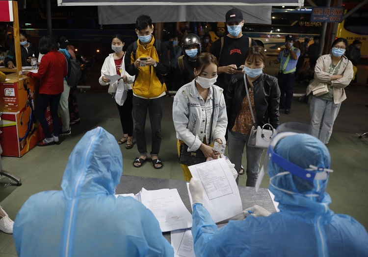 TP Hồ Chí Minh lấy mẫu xét nghiệm người về từ vùng dịch qua bến xe miền Đông.