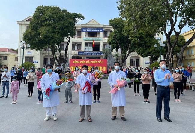 Lãnh đạo tỉnh Hải Dương tặng hoa chúc mừng các y bác sĩ và bệnh nhân