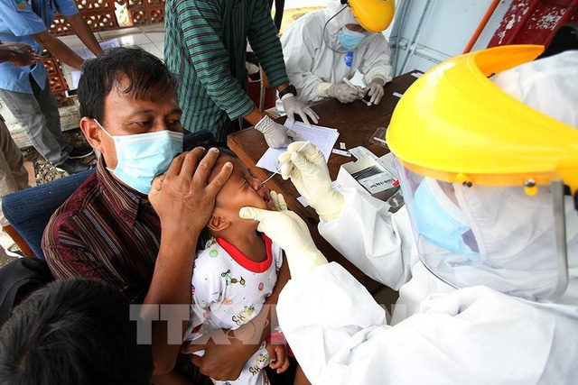 Lấy mẫu xét nghiệm Covid-19 tại Surakarta, Indonesia (Ảnh: THX/TTXVN)