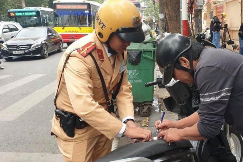 Cảnh sát giao thông Hà Nội lập biên bản với người vi phạm giao thông