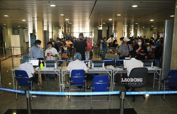 Lấy mẫu xét nghiệm COVID-19 cho tất cả hành khách từ cảng sân bay Tân Sơn Nhất và nhà ga xe lửa Sài Gòn
