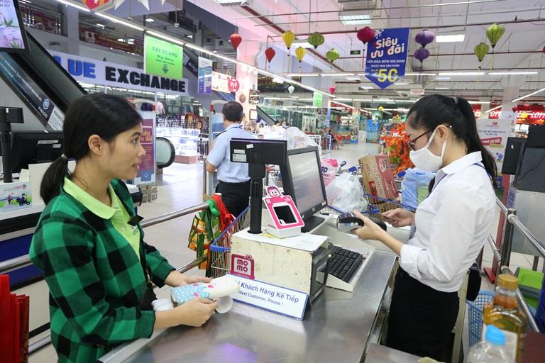 Người dân thanh toán qua thẻ ATM khi mua hàng tại siêu thị Co.opmart Vĩnh Phúc.