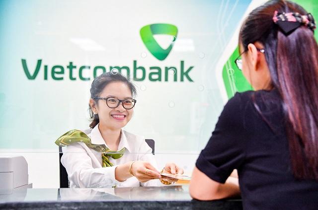 Khách hàng giao dịch tại Vietcombank
