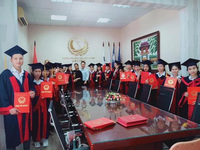 CEO Tiến Phương trong ngày trao bằng tốt nghiệp cho sinh viên trường CĐ công nghệ Y Dược Việt Nam