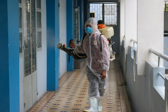 Trường THPT Nguyễn Du (quận 10) phun thuốc khử khuẩn chuẩn bị đón học sinh trở lại trường học. Ảnh: Thu Tâm