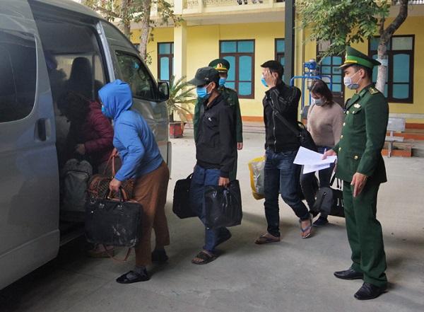 Bàn giao 9 công dân vượt biên trái phép cho lực lượng chức năng tiếp tục điều tra, xử lý