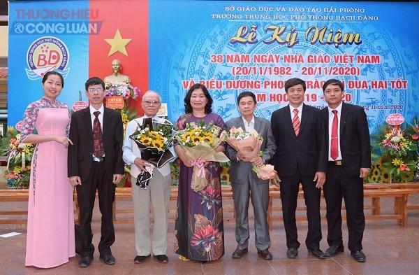 Ban giám hiệu Trường THPT Bạch Đằng và hội giáo chức
