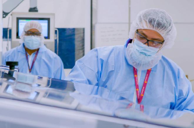 Hơn 200.000 liều vắc-xin COVID-19 đầu tiên sẽ về Việt Nam hôm nay. Trong ảnh là kho lạnh âm sâu đạt tiêu chuẩn duy nhất tại Việt Nam của VNVC để bảo quản vắc-xin đã sẵn sàng