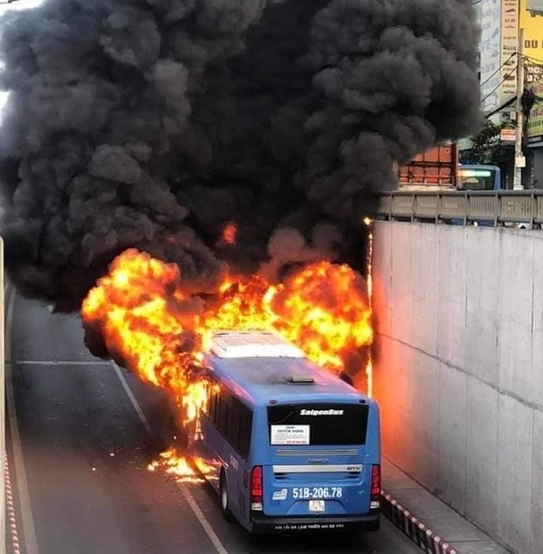 Chiếc xe buýt bốc cháy ở hầm chui An Sương