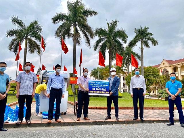 Tập đoàn XD Hòa Bình ủng hộ 30 tấn gạo, trị giá hơn 400 triệu đồng đóng góp cùng các đơn vị tham gia xây dựng cây ATM gạo