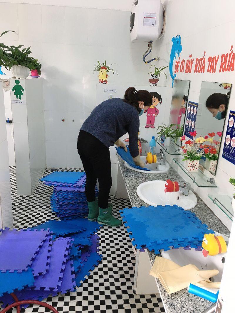 Các cô giáo trường Mần non Hạ Long thực hiện tổng vệ sinh trường lớp để đảm bảo môi trường sạch sẽ an toàn khi các em học sinh trở lại trường.