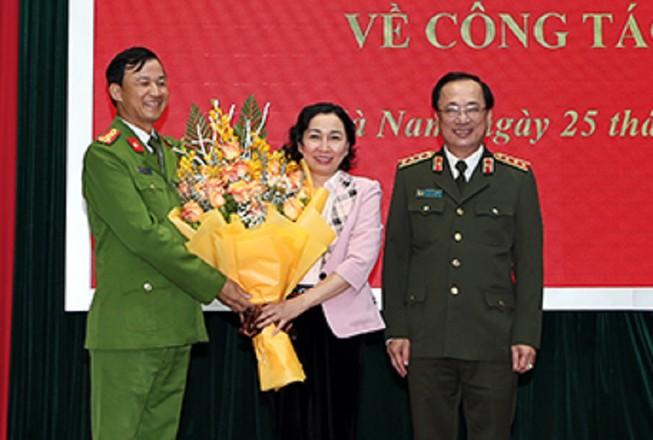 Thứ trưởng Nguyễn Văn Thành và đồng chí Đinh Thị Lụa chúc mừng Đại tá Trần Minh Tiến.