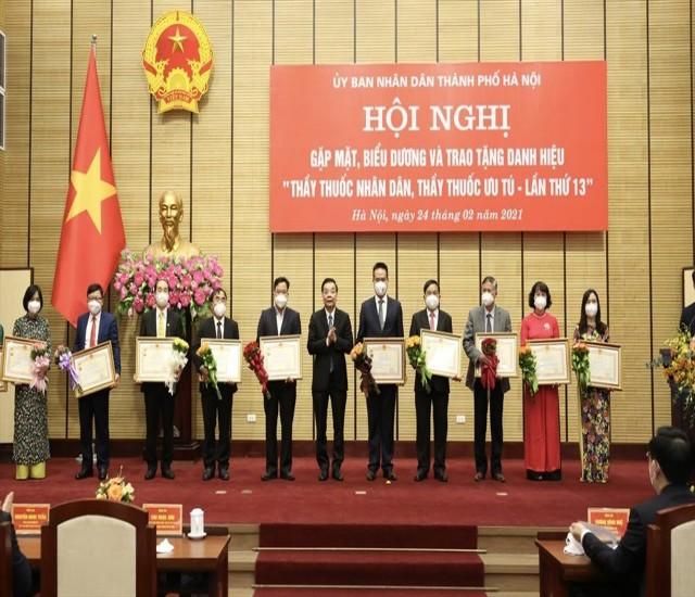 Lãnh đạo UBND TP Hà Nội trao tặng danh hiệu Thầy thuốc nhân dân, ưu tú cho các cá nhân