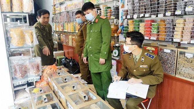 Lực lượng QLTT Nam Định phối hợp kiểm tra cơ sở kinh doanh hàng hóa