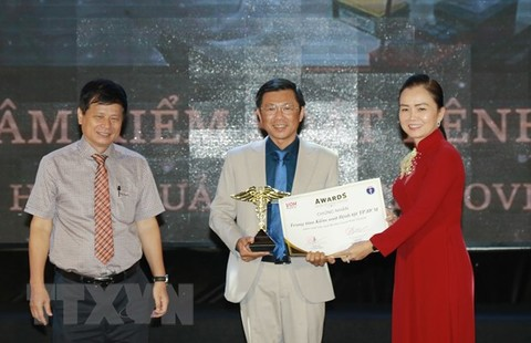 Đại diện Trung tâm Kiểm soát bệnh tật TP.Hồ Chí Minh (HCDC) nhận giải thưởng tại buổi lễ.