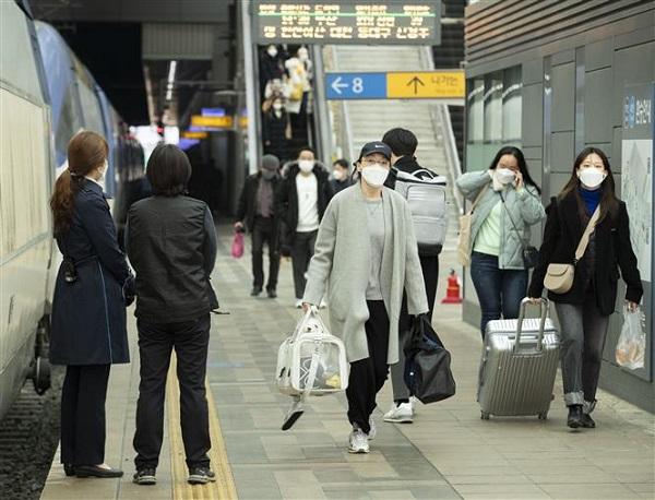 Người dân đeo khẩu trang phòng lây nhiễm Covid-19 tại Seoul, Hàn Quốc (Ảnh: THX/TTXVN)