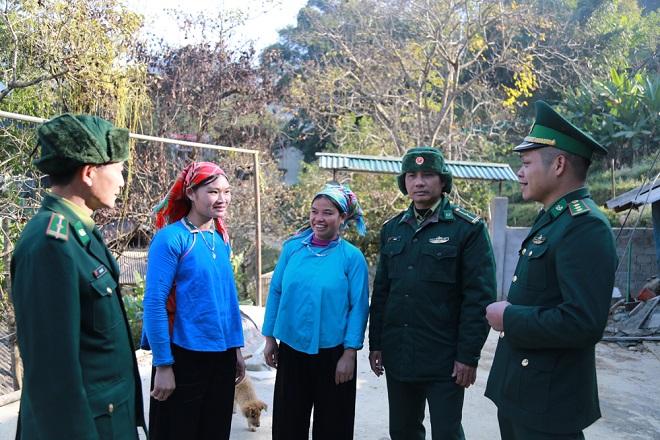Nhờ biết tiếng dân tộc, Thiếu tá Đinh Hồ Bắc (ngoài cùng bên trái) tuyên truyền, vận động người dân khu vực biên giới thuận lợi.