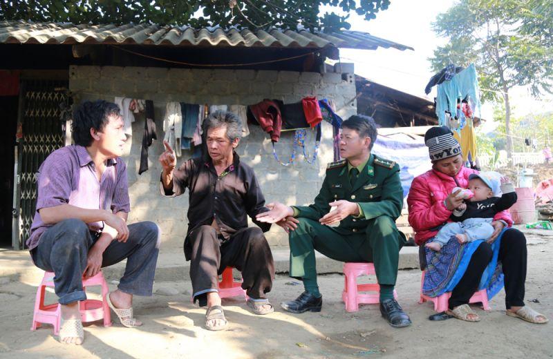 Trung tá Hà Trung Kiên trò chuyện với gia đình ông Sùng Seo Pao, thôn Lũng Pô.