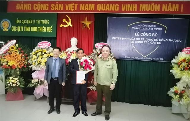 Ông Trần Hữu Linh- Tổng cục trưởng QLTT trao quyết định bổ nhiệm cục trưởng QLTT TT- Huế cho ông Phan Hùng Sơn