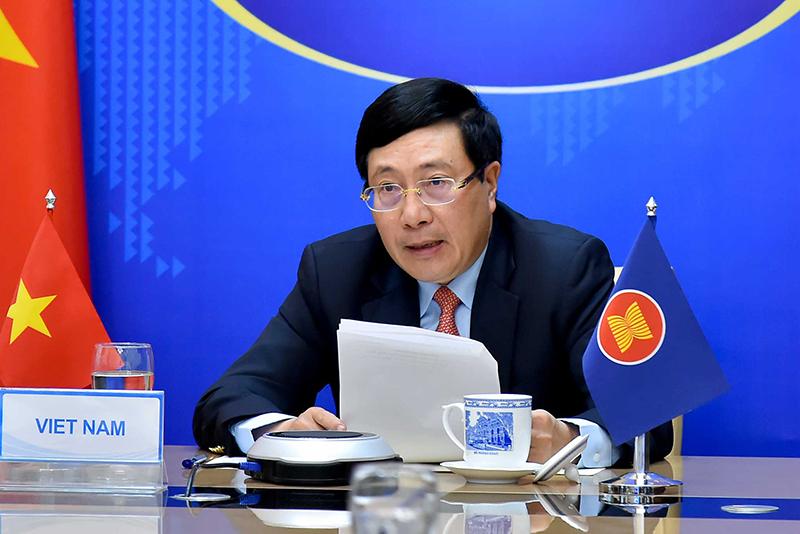 Phó Thủ tướng Phạm Bình Minh dự Hội nghị Bộ trưởng Bộ Ngoại giao ASEAN không chính thức theo hình thức trực tuyến. Ảnh VGP/Hải Minh