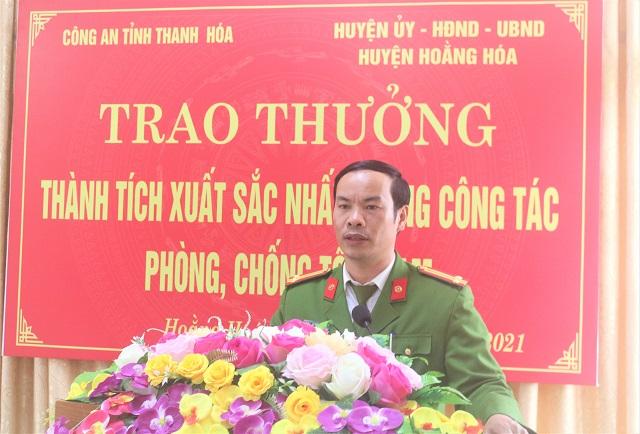 Ảnh 6. Trung tá Lê Văn Phong – Trưởng Công an huyện phát biểu cảm ơn các đồng chí lãnh đạo công an tỉnh và lãnh đạo huyện tại buổi lễ