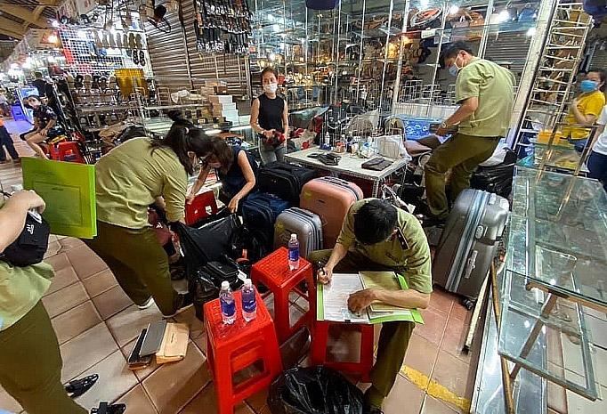 Lực lượng quản lý thị trường kiểm tra hàng hóa tại chợ Bến Thành.
