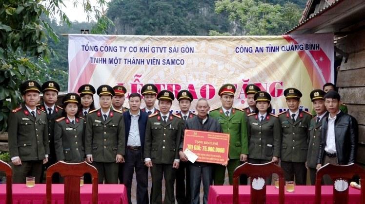 Đoàn công tác chụp ảnh lưu niệm tại gia đình ông Nguyễn Ngọc Thìn- xã Lâm Hóa, huyện Tuyên Hóa
