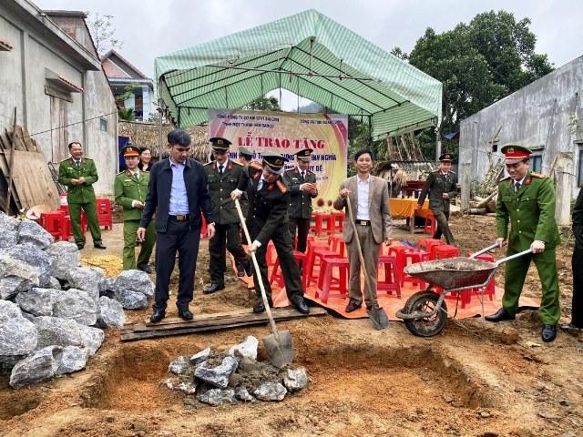 Đại tá Nguyễn Tiến Nam- Bí thư Đảng ủy, Giám đốc Công an tỉnh cùng gia đình khởi công nhà tình nghĩa